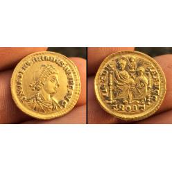 Золотая Римская монета с поля