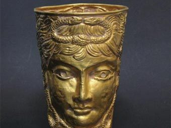 Древний золотой кубок найден в обувной коробке